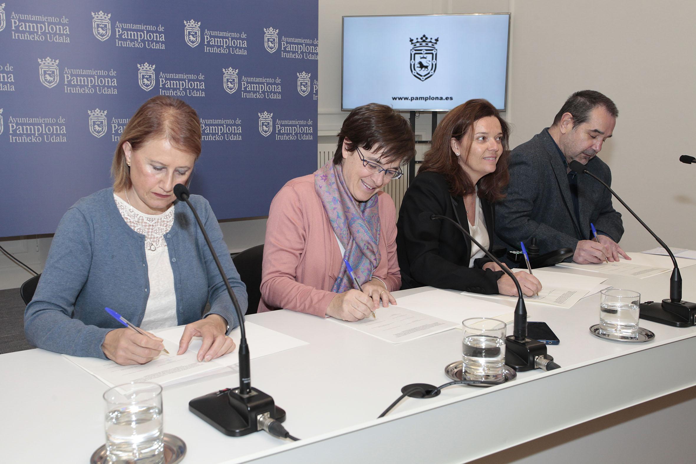 Edurne Eguino, concejala de Izquierda Ezkerra, firma un convenio destinado a las personas mayores de Etxabakoitz