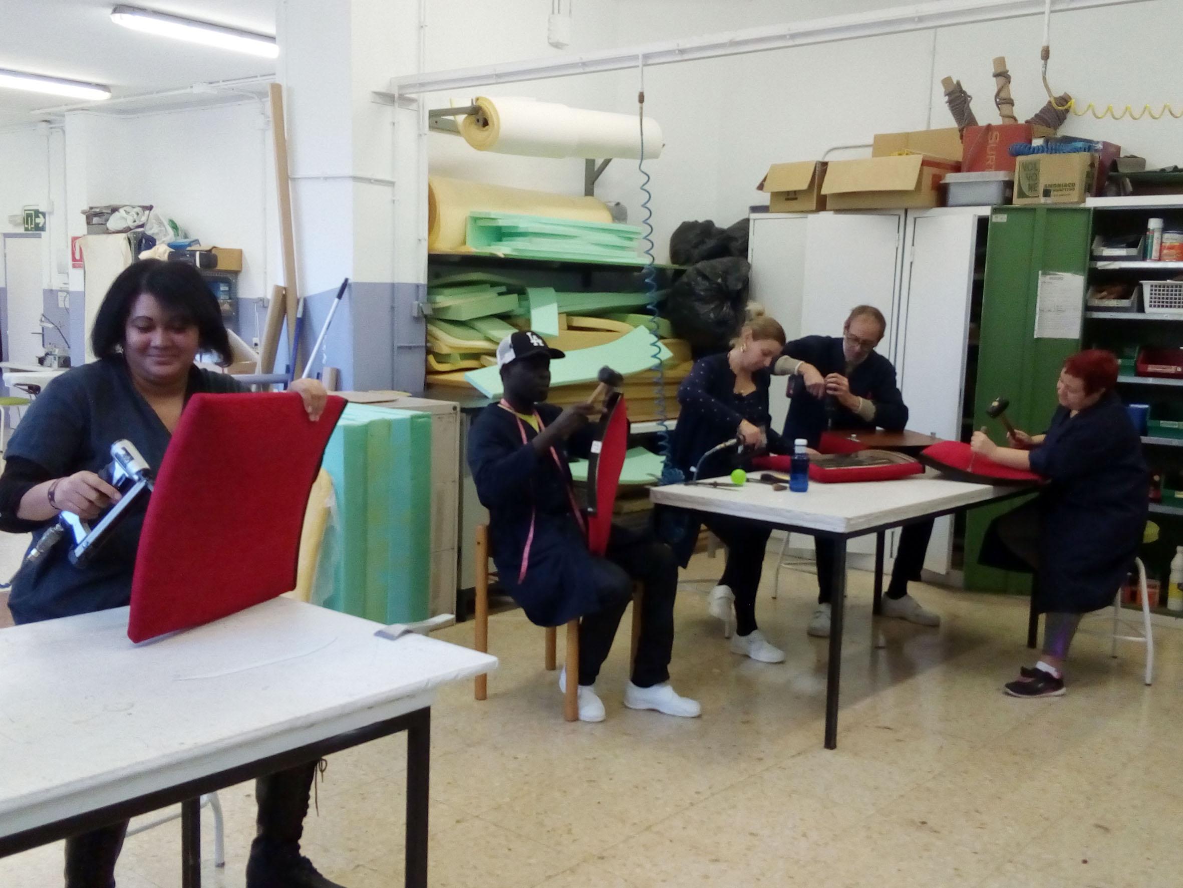 trabajadoras del tajo de Tapicería del Ayuntamiento de Pamplona han trabajado renovando las butacas del I.E.S. Plaza de la Cruz
